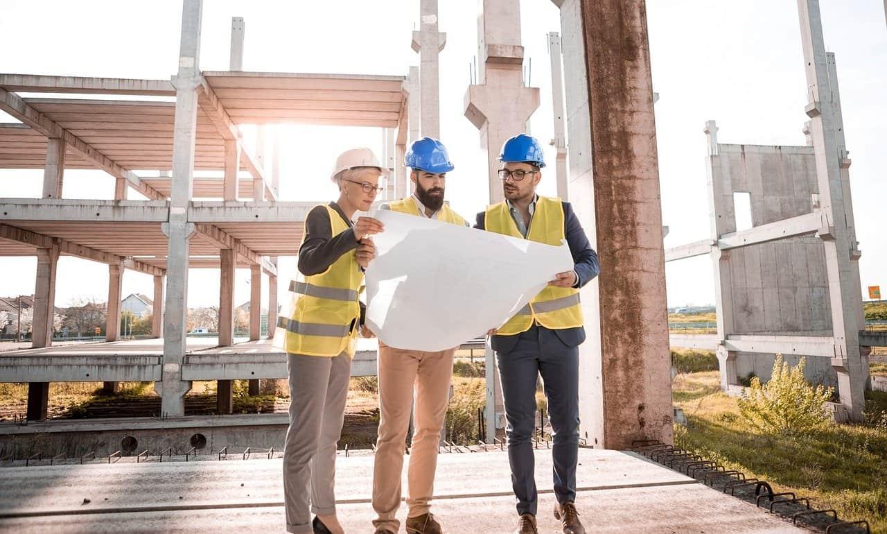פועלים באתר בנייה