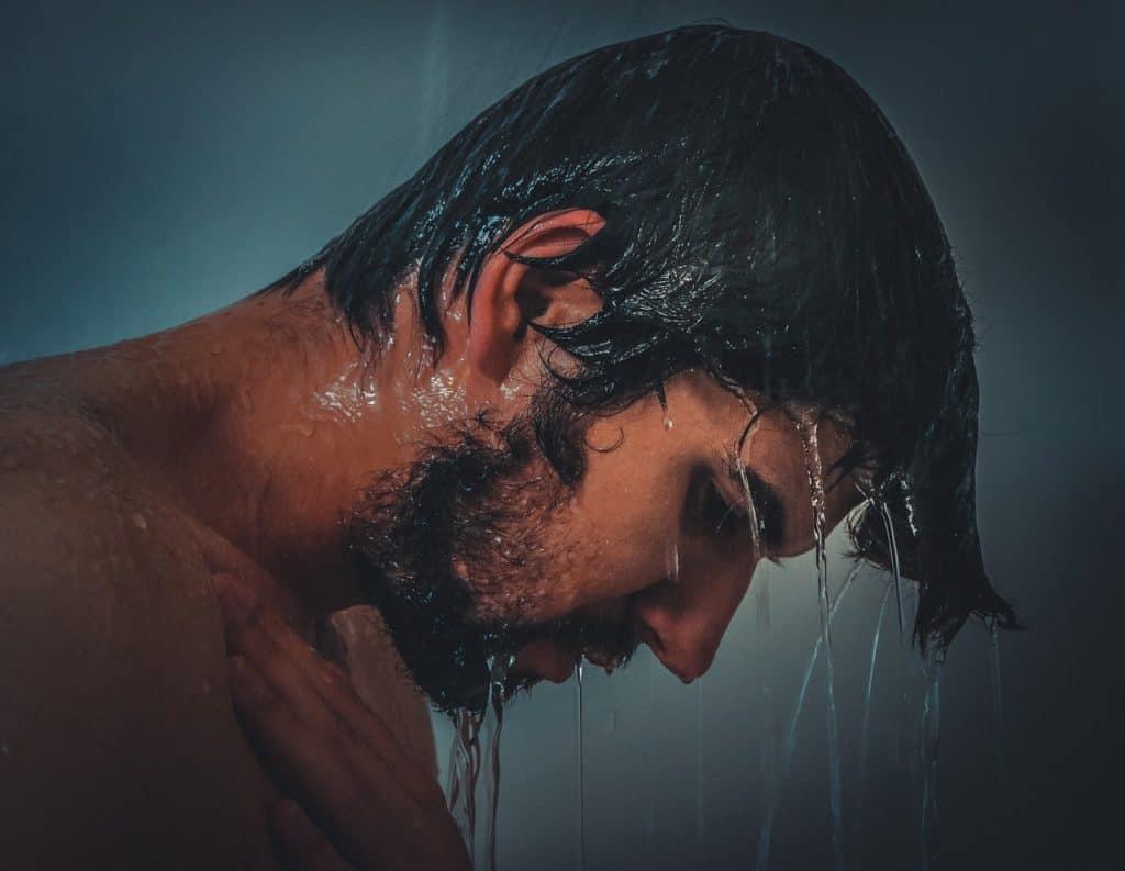 גבר מתקלח